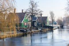 Belles maisons vertes et canal givré Photos libres de droits
