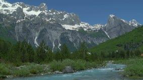 Belles montagnes avec la rivière débordante clips vidéos