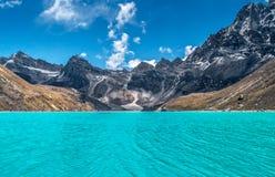 Belles montagnes couronnées de neige avec le lac Photos libres de droits