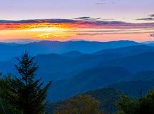 Belles montagnes d'arête bleue au coucher du soleil au printemps Photographie stock