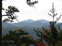 Belles montagnes fumeuses en automne images libres de droits