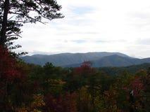 Belles montagnes fumeuses en automne photo libre de droits
