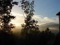 Belles montagnes fumeuses en automne photographie stock libre de droits