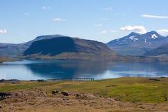 Belles montagnes par le fjord de Hvalfjordur l'islande Image libre de droits