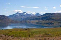 Belles montagnes par le fjord de Hvalfjordur l'islande Photo stock