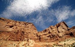 Belles montagnes rouges de roche avec un ciel nuageux Images stock