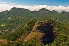 Belles montagnes tropicales de forêt tropicale Photos stock