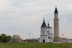 Belles mosquée et église contre le ciel bleu images stock
