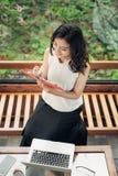 Belles notes asiatiques d'écriture de fille dans un bureau à la maison Photos stock