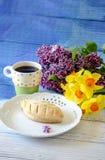 Belles pâtisserie et fleurs Photographie stock