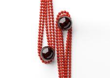 Belles perles rouges avec la grande perle noire sur le fond blanc images stock