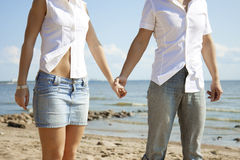 Belles personnes dans l'amour sur la plage images libres de droits
