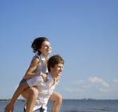 Belles personnes dans l'amour sur la plage photos stock