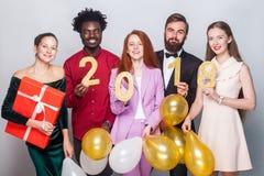 Belles personnes habillées par bien célébrant la nouvelle année Retenir le cadeau Photo stock