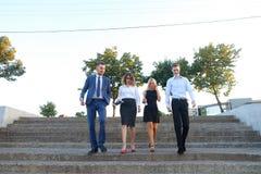 Belles personnes sûres, deux garçons et deux filles, souriant, HOL Image stock