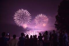 Belles personnes spheric de foule de feux d'artifice Image libre de droits