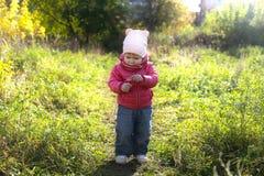 Belles petites 1 années de fille marchant en automne dehors Image libre de droits