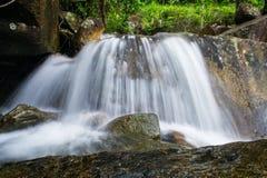 Belles petites cascades sur un courant rocheux Image libre de droits