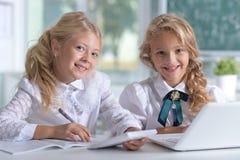 Belles petites filles à la classe image stock
