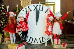 Belles petites filles avec une grande horloge Photo stock