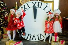 Belles petites filles avec une grande horloge Images stock