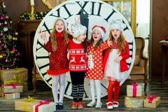 Belles petites filles avec une grande horloge Photographie stock libre de droits