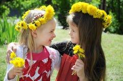 Belles petites filles en stationnement Image libre de droits