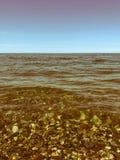 Belles pierres rondes multicolores sur la mer, les rivi?res, les lacs, l'?tang, l'oc?an et l'eau bouillante avec des vagues sur l images stock