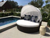 Belles piscine et cabane extérieures de patio Photo stock