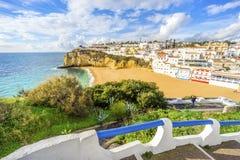 Belles plage et falaises dans Carvoeiro, Algarve, Portugal Images stock