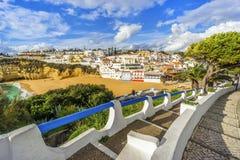 Belles plage et falaises dans Carvoeiro, Algarve, Portugal Photographie stock libre de droits