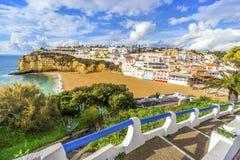 Belles plage et falaises dans Carvoeiro, Algarve, Portugal Photo stock