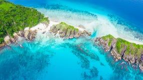 Belles plage et prise d'air blanches tropicales POI de sable de vue aérienne photo libre de droits