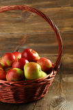 Belles pommes dans le panier sur le fond en bois Photographie stock