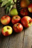 Belles pommes sur le fond en bois brun Images libres de droits