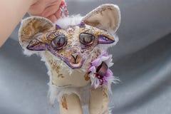 Belles poupées pelucheuses de monstre, faites main, fin  Photographie stock libre de droits