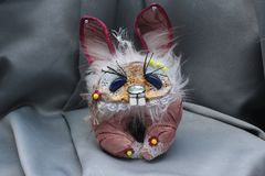 Belles poupées pelucheuses de monstre, faites main, fin  Photographie stock