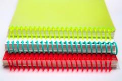 Belles protections multicolores lumineuses sur un fond blanc image stock