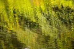 Belles réflexions sur le canal de Chichester dans le Sussex occidental, Angleterre photo stock
