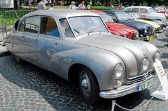 Belles rétros voitures sur l'affichage dehors dans Lvov Images libres de droits