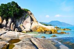 Belles roche et mer chez la Thaïlande méridionale Photographie stock libre de droits