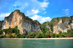Belles roches au-dessus de plage tropicale Image stock