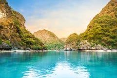 Belles roches de chaux dans la baie long d'ha, site de patrimoine mondial de l'UNESCO, Vietnam photos libres de droits