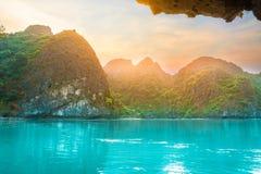 Belles roches de chaux et plages reculées dans la baie long d'ha, site de patrimoine mondial de l'UNESCO, Vietnam images stock
