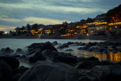 Belles roches de mer d'océan avec le brouillard brumeux Photos stock