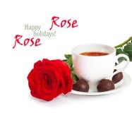 Belles rose de rouge et tasse de thé chaud Photos stock