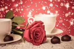 Belles rose de rouge et tasse de thé chaud avec du chocolat Images libres de droits