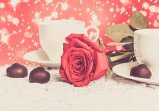 Belles rose de rouge et tasse de thé chaud avec du chocolat Photos libres de droits