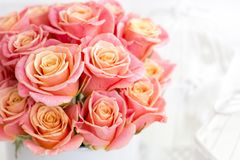 Belles roses roses dans une boîte ronde Roses de pêche dans une boîte ronde Roses dans une boîte ronde sur un fond en bois blanc Image libre de droits