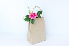 Belles roses roses dans le sac de papier brun d'isolement sur le b blanc Images stock